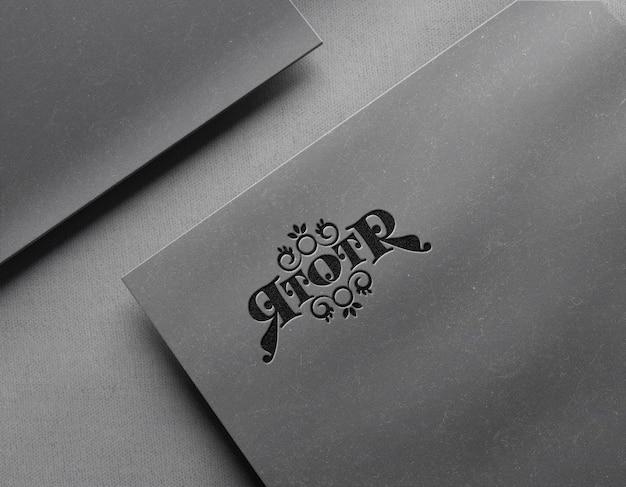Luxe logo mockup op kaart met boekdruk effect