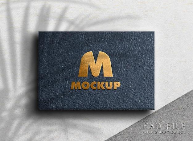 Luxe logo mockup op lederen doos