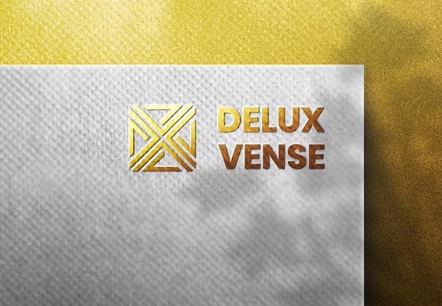 Luxe logo mockup op witte ambachtelijke papier gouden achtergrond