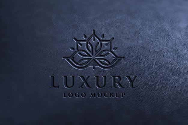 Luxe logo mockup op zwart leer