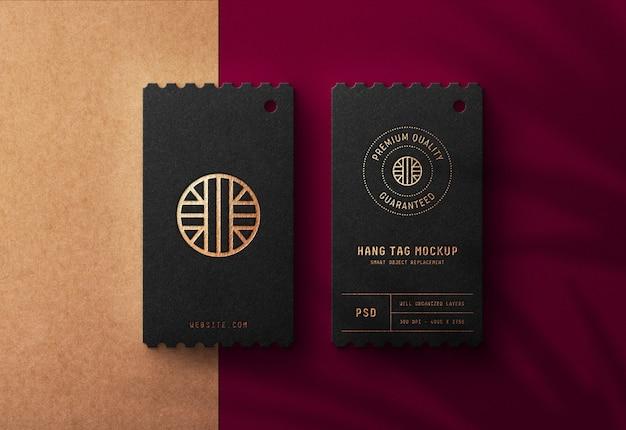 Luxe logo mockup op zwarte hang tag