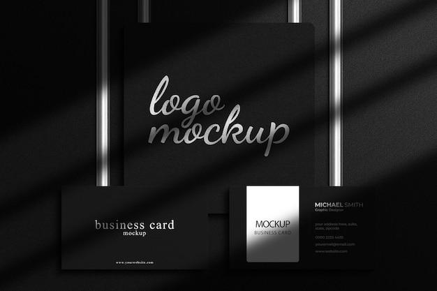 Luxe logomodel van zilverfolie met luxe visitekaartjemodel en schaduwoverlay