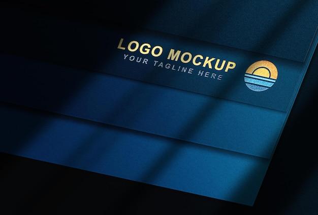 Luxe mockup blauwe kaartenstapel met logo in reliëf