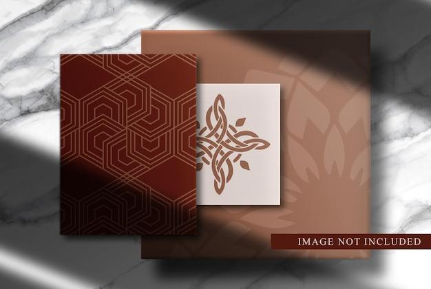 Luxe papieren en visitekaartjesmodel met marmeren achtergrond