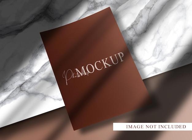 Luxe papieren mockup met marmeren podium