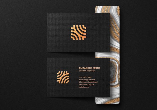 Luxe visitekaartje mockup met goudfolie-effect op donkere achtergrond Premium Psd