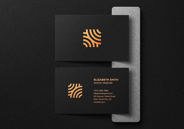 Luxe visitekaartje mockup met goudfolie-effect op donkere achtergrond