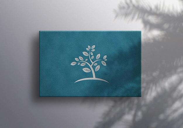 Luxe zilveren logo mockup met plantenschaduw