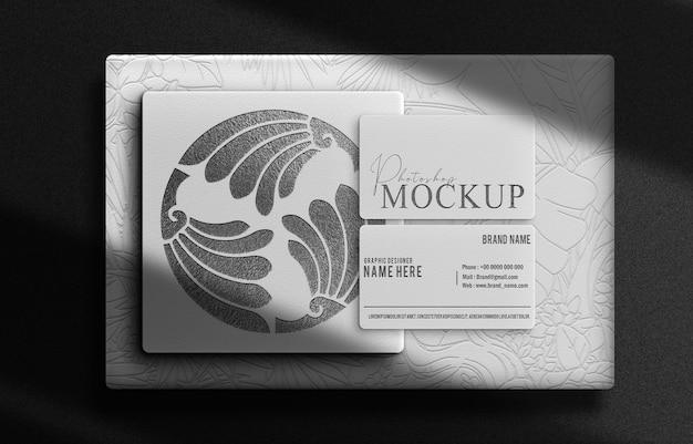 Luxe zwarte doos met reliëf en visitekaartje mockup