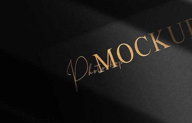 Luxe zwarte kaart met goud reliëf logo mockup