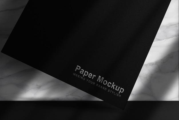 Luxe zwevend zwart papieren mockup met zilver in reliëf