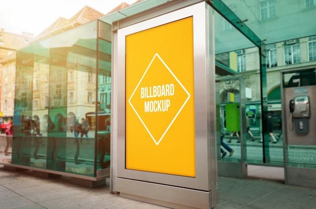 Luz de la ciudad al aire libre maqueta de anuncios en el tranvía, parada de autobús