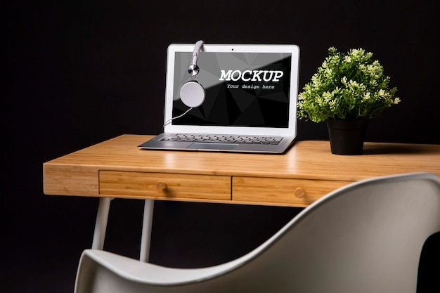 Macbook mock-up con cuffie