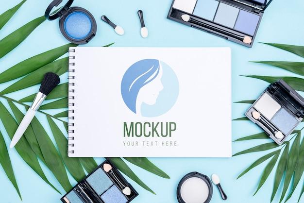 Make-up producten arrangement bovenaanzicht