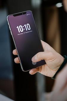 Man die een mobiel scherm gebruikt
