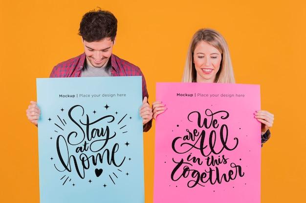 Man en vrouw die een model van het tekenconcept houden