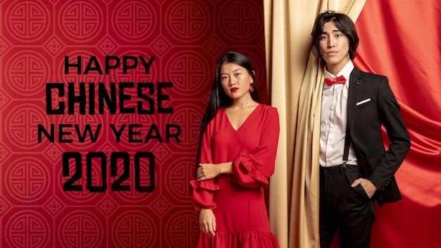 Man en vrouw voorbereid op nieuwe jaar nacht
