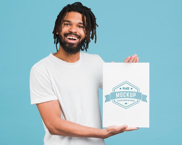 Man holding mockup di poster
