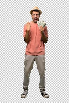 Man holding molte bollette frustrato da una brutta situazione