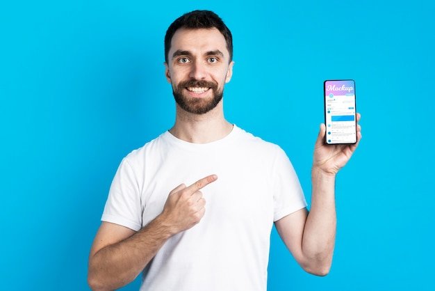 Man in wit overhemd met vooraanzicht van de mobiele telefoon