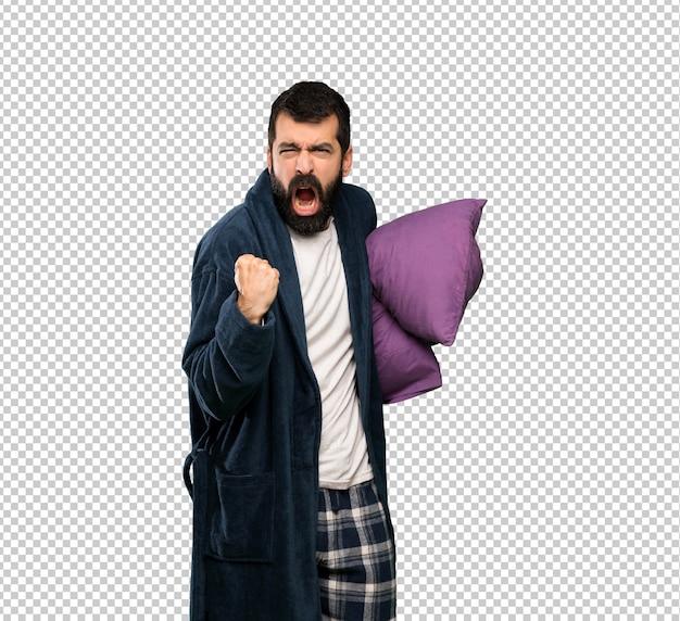 Man met baard in pyjama gefrustreerd door een slechte situatie