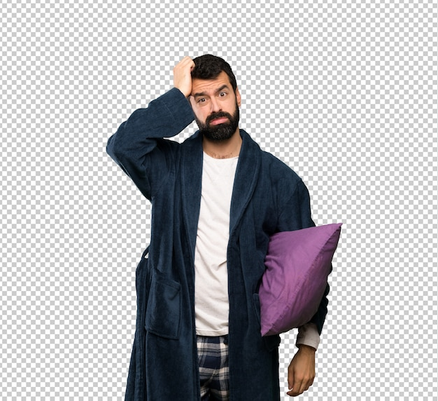 Man met baard in pyjama met een uitdrukking van frustratie en niet begrijpen