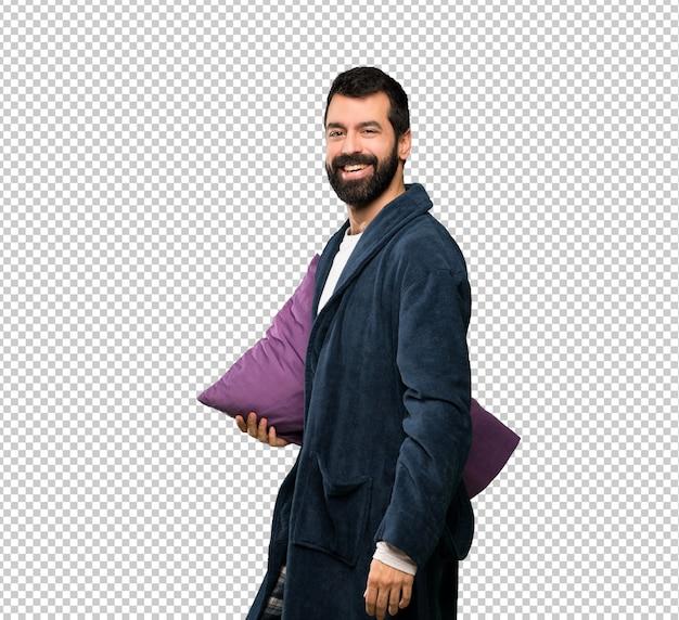 Man met baard in pyjama met gekruiste armen en verheugen ons