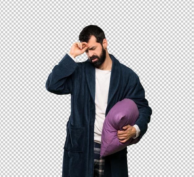 Man met baard in pyjama met vermoeide en zieke uitdrukking