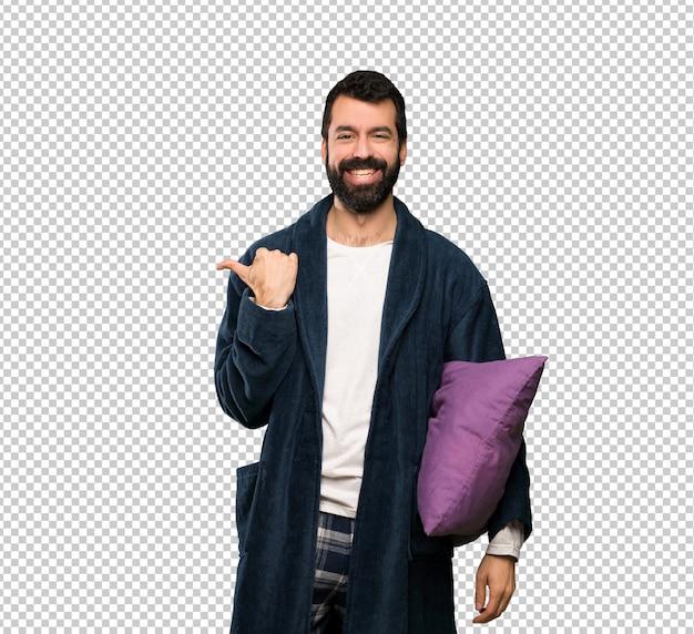 Man met baard in pyjama naar de zijkant wijzend om een product te presenteren