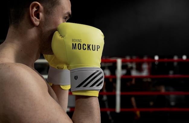 Man met bokshandschoenen mock-up voor training