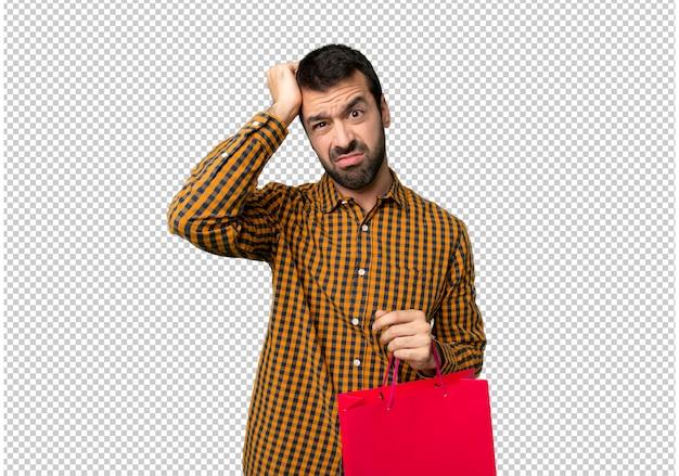 Man met boodschappentassen met een uitdrukking van frustratie en geen begrip
