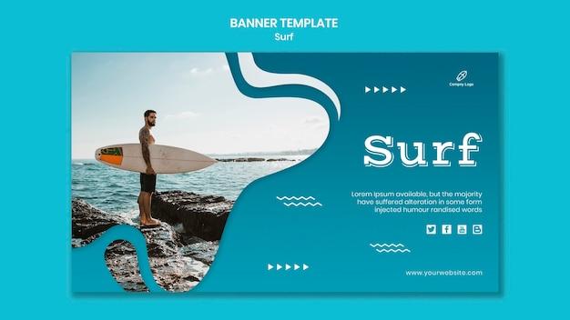 Man met een banner van de surfplank