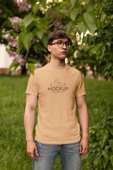 Man met een mock-up t-shirt Gratis Psd