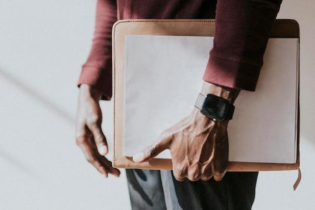 Man met een mockup van wit papier