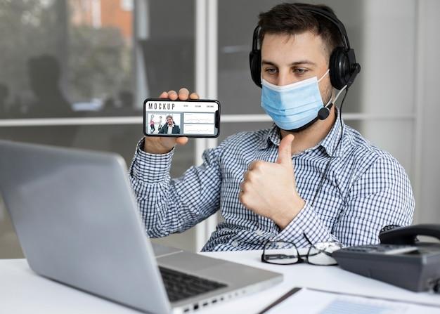 Man met een smartphone-mock-up