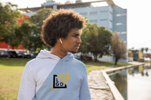 Man met hoodie luisteren muziek