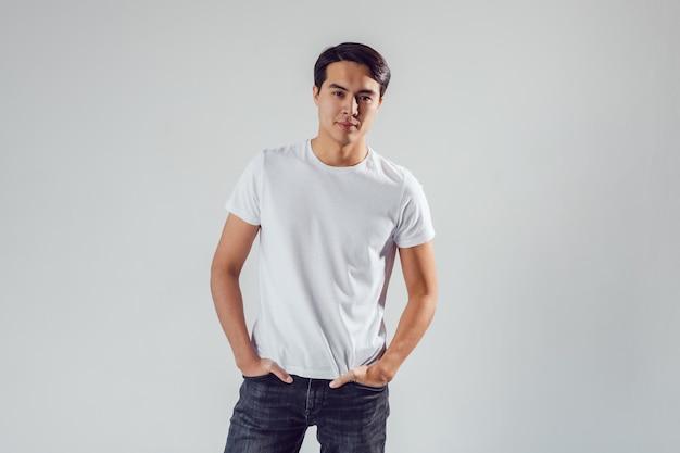 Man met shirts mockup ontwerp