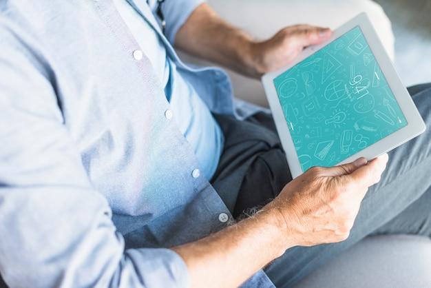 Man met tablet mockup voor app-presentatie