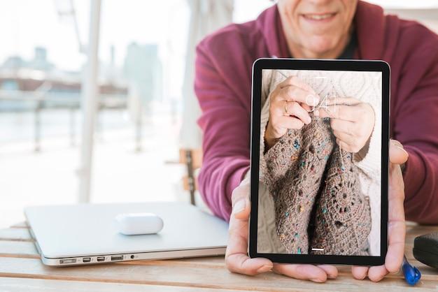 Man mostrando tablet mockup