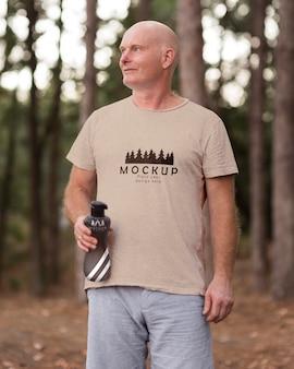 Man op camping met een mock-up t-shirt