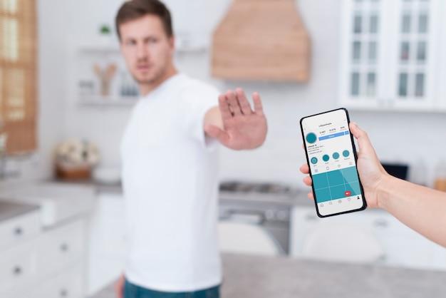 Man weigert verslaafd te zijn aan een smartphone