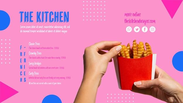 Mani che selezionano le patate fritte dalla scatola di carta