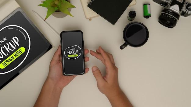 Mani maschili utilizzando mock up smartphone