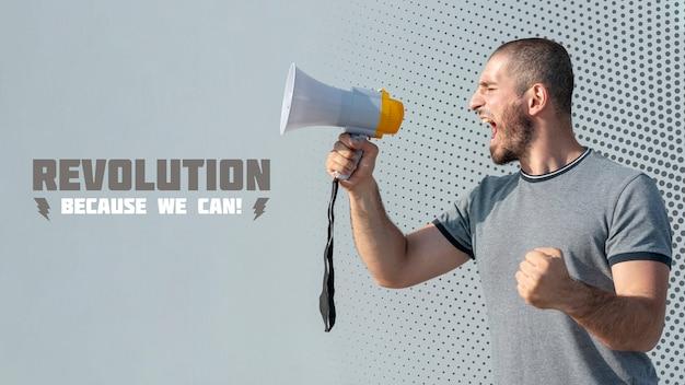 Manifestante arrabbiato che grida tramite il megafono