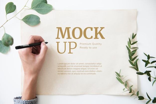 Manifesto bianco su un tavolo