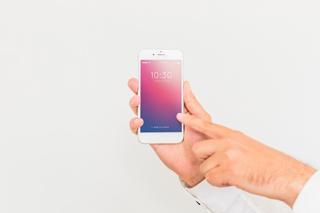Mannelijk hand met smartphone mockup