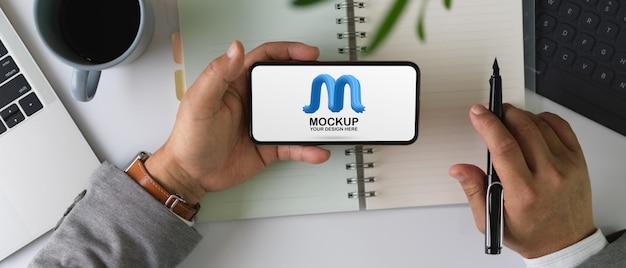 Mannelijke bedrijf mock-up horizontale smartphonescherm