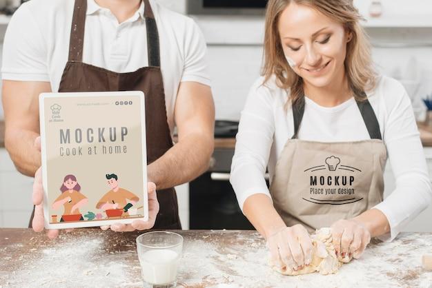 Mannelijke en vrouwelijke chef-koks koken in de keuken
