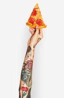 Mano che tiene la pizza