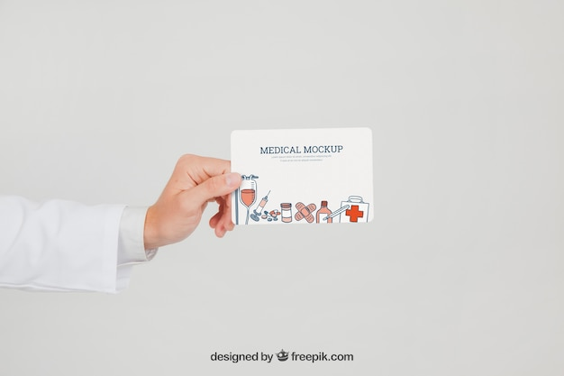 Mano de doctor con mock up de tarjeta